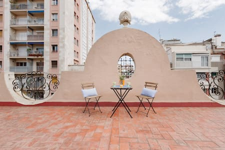 Centric Attic very well situated in the heart of Barcelona close to the metro and aereobus stops. The apartment is for up to 4 people and has all the basic comforts for a pleasant stay, electrodomestics wifi, tv and access to the communitary terrace