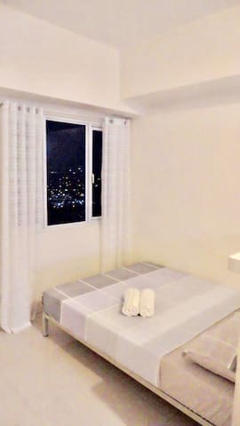 High Floor Studio Luxe Condo Unit-1 - Quezon City