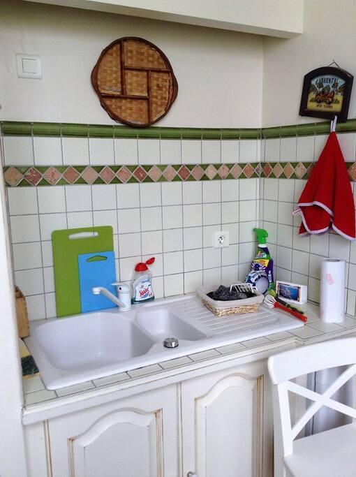 cuisine équipée (fours, plaques, frigo, congélateur, lave-vaisselle)