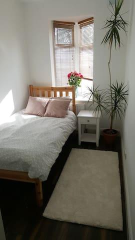 Amazing comfortable room ! Great transport links !
