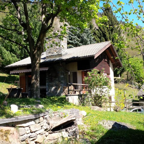 Swiss Chalet with stunning views - Acquarossa - กระท่อม