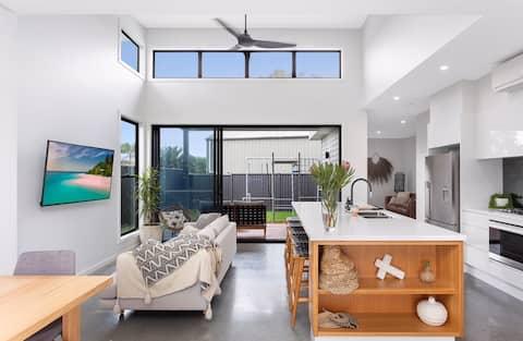 Brand new Sandon Point house- 150m to the beach