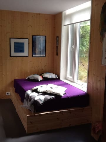 Double bed with a view to the slopes and woods of Hereidplatau.