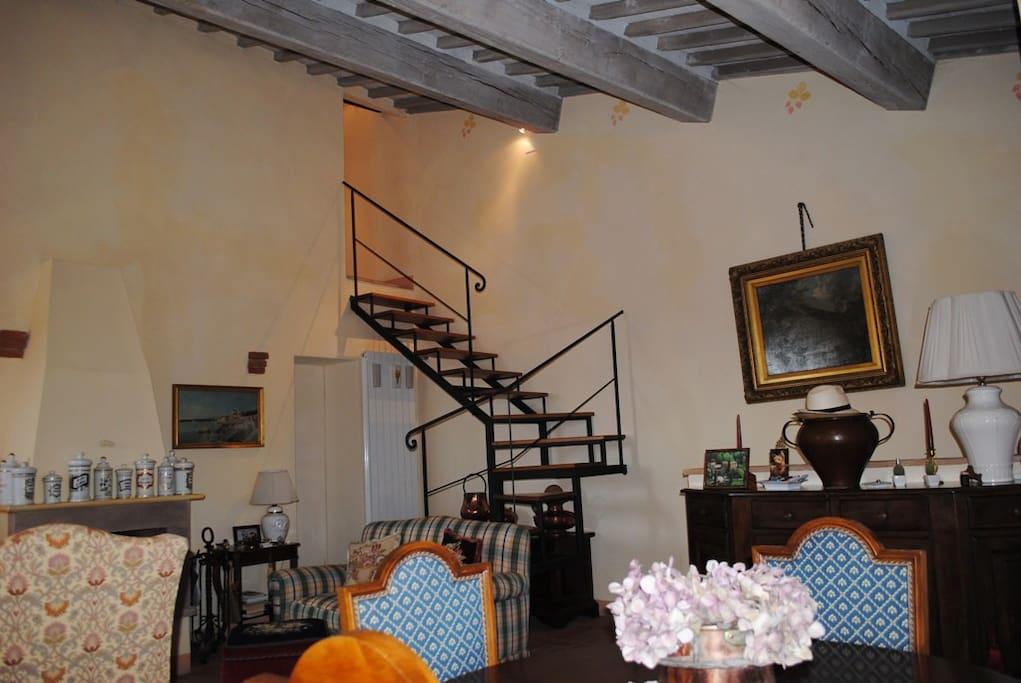 scala che porta alla camera e bagno del piano superiore