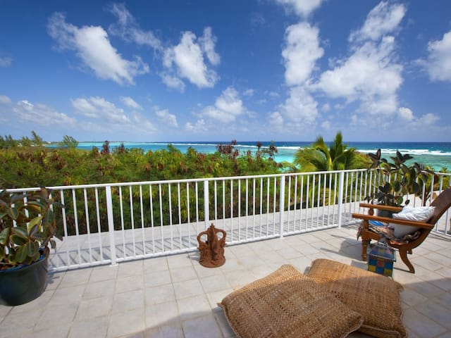 Beachfront, Private Decks, Pool, Tennis 3 br & 3ba - Bodden Town - Casa