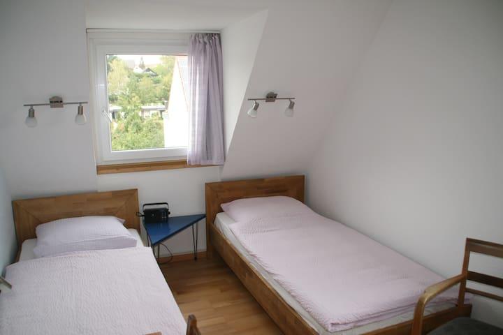 Doppelzimmer mit Blick in Stadtteil und in Garten