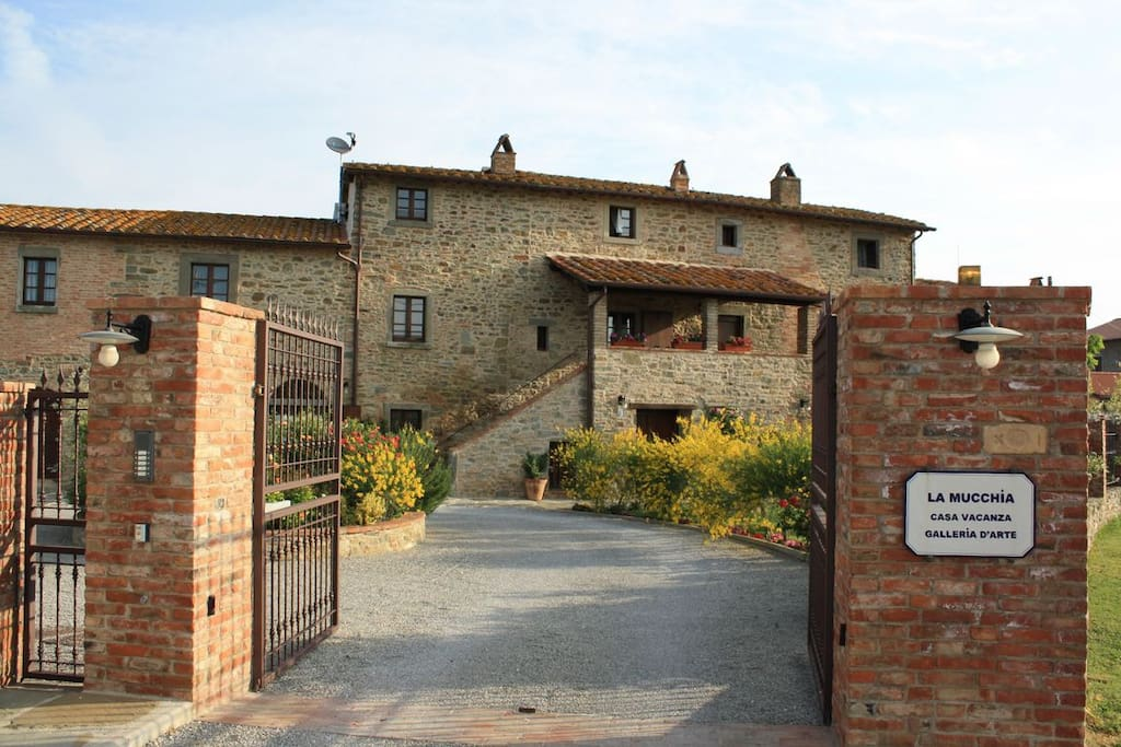 La Mucchia villa in Tuscany - the gates
