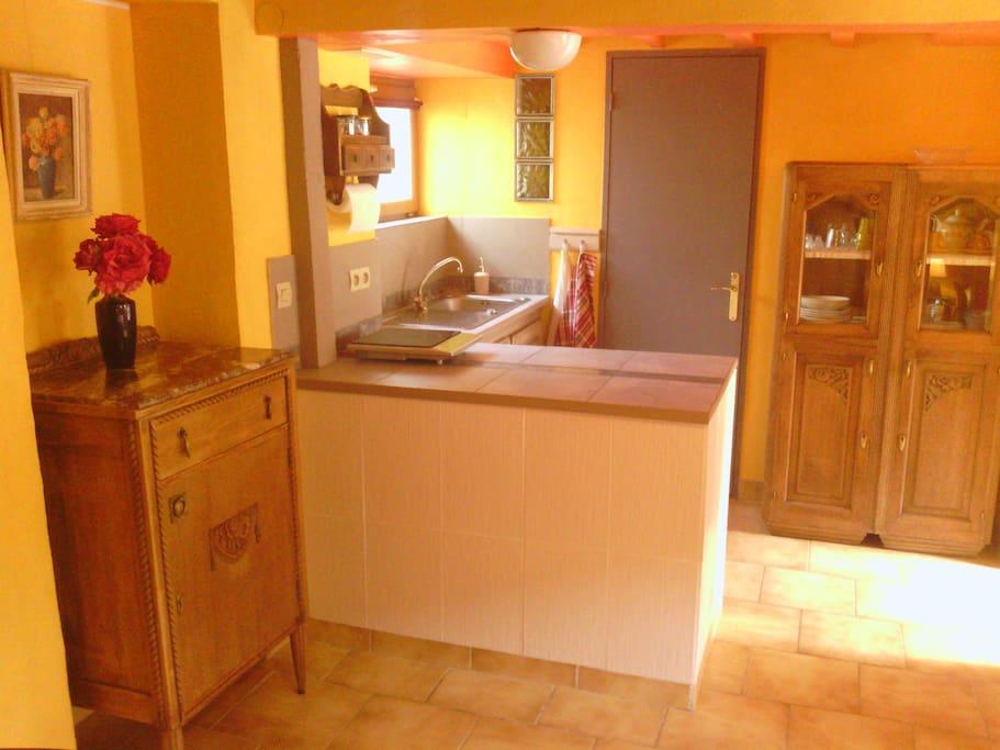 Guest house in burgundy at dicy appartementen te huur in dicy burgundy frankrijk - Kitchenette met stoelen ...