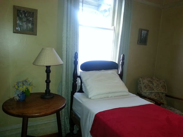 Peaceful period style single room - Artarmon