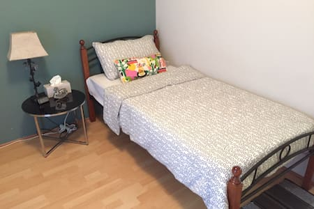 Cozy bedroom with easy going housemates - Queens Park - House