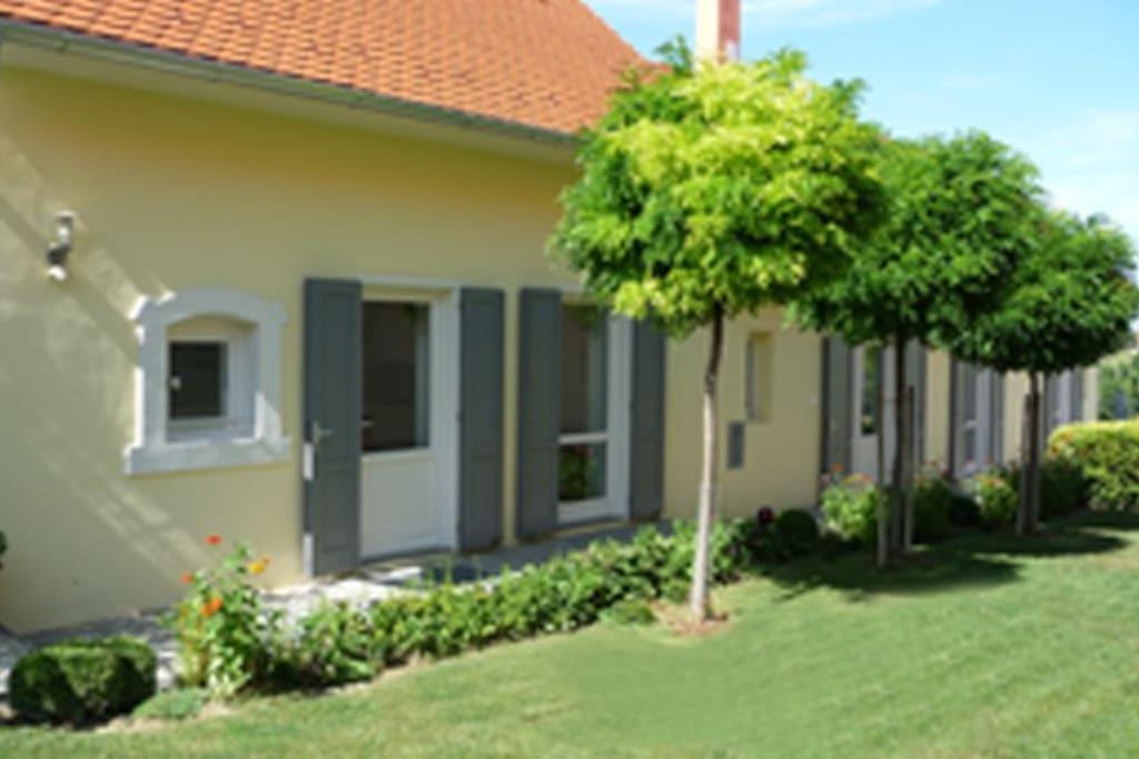 Front of the house on garden side / Hausfront zum Garten hin