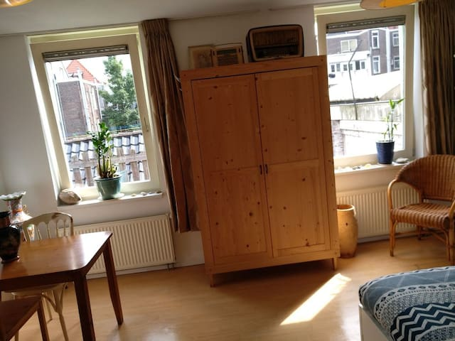 Quiet room/private bathroom near centre Amsterdam