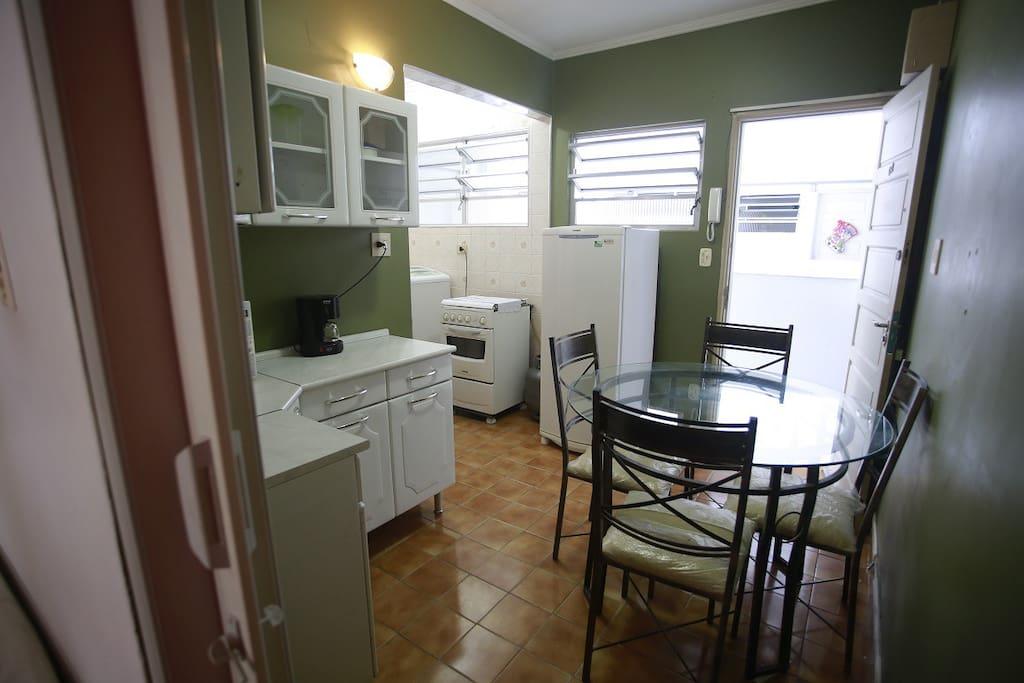 Cozinha com geladeira e fogão.