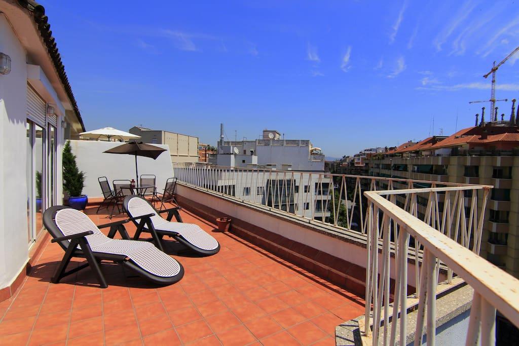 Fant stico tico con terraza apartamentos en alquiler - Atico terraza barcelona ...