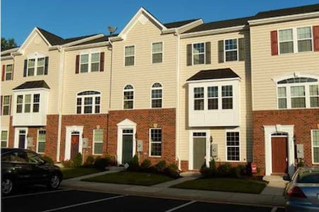 *Quiet Spacious Private Suite* - Charlottesville - Townhouse