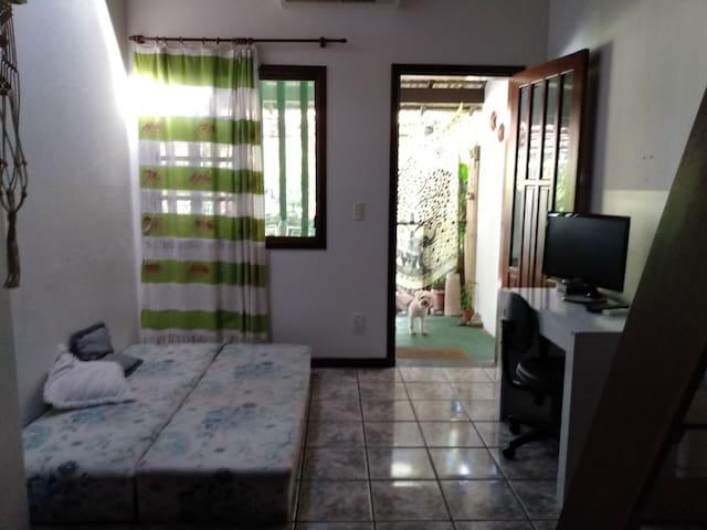 Sala bicama casal ar condicionado e TV a Cabo