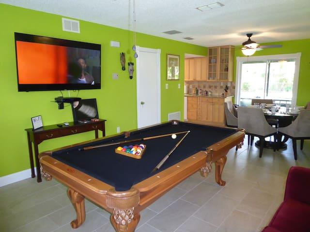 Orlando Area 2BR/1BA  nearby City pool w Jacuzzi!