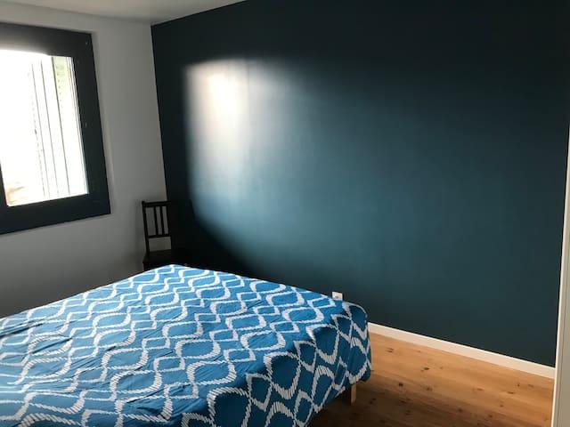 Grande chambre au rdc de la maison avec lit 160/200