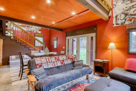 Upgraded two-story loft w/mountain views and gas fireplace