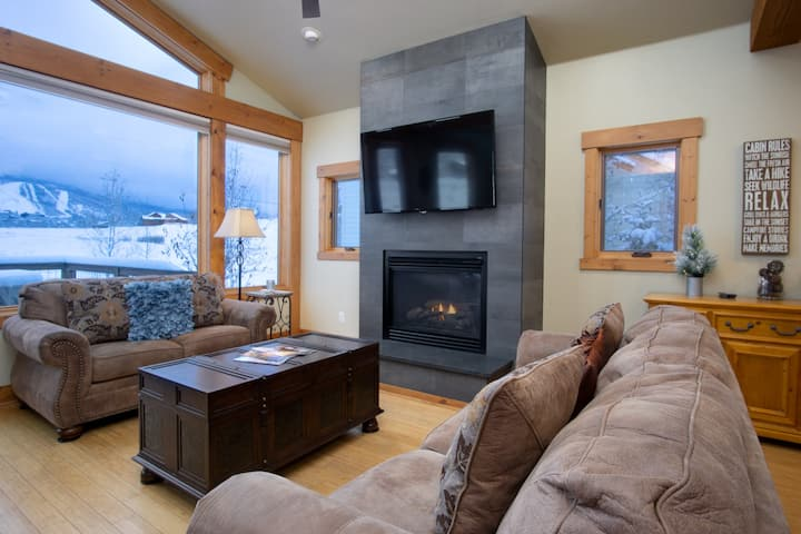 Longview Chalet, Beautiful Home Backing to Open Space, Ski Area Views, Hot Tub