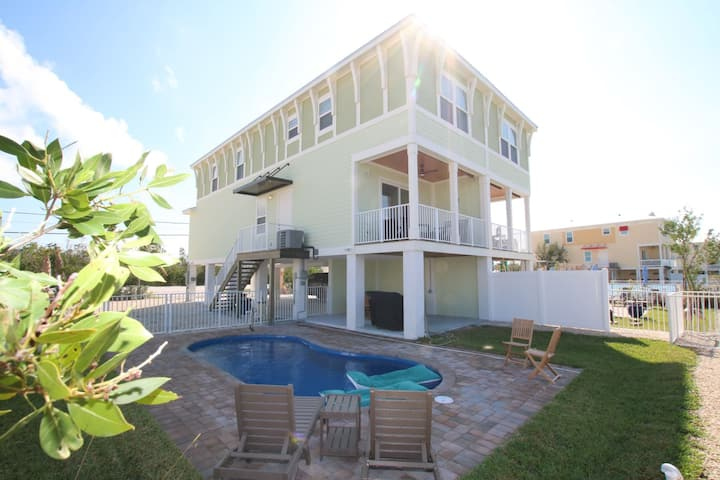 The Salty Mermaid 4BR/3BA Anglers at Sombrero Beach with Private Pool and Dockage