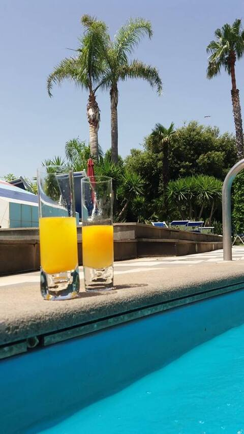 Un cocktail in piscina