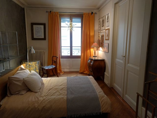 Large beautifully furnished room in Geneva center