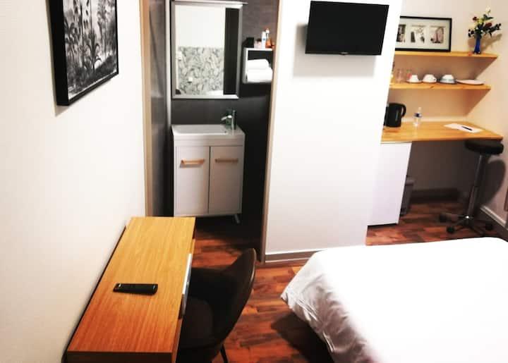 Belle chambre double  meublée .