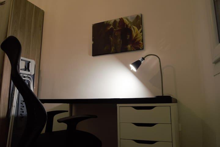 Bureau situé dans la chambre