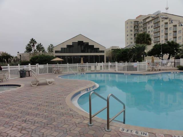 3 Community Pools & 3 Hot Tubs on-site