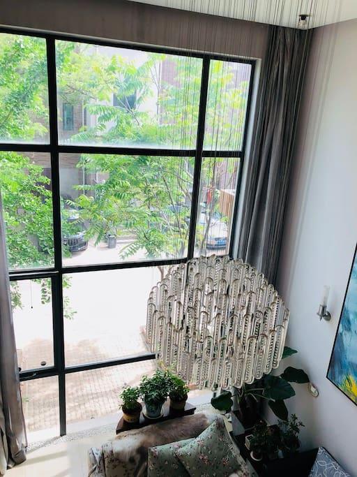 一楼大厅的水晶灯。
