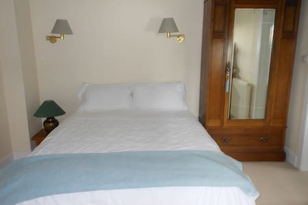 Restful room near town centre - Hus