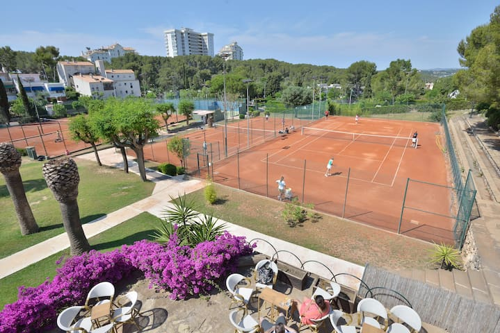 Club deportivo donde puede practicar tenis, padel, y zona infantil para los niños!!