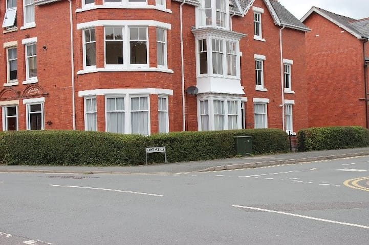 Spacious & Cozy Mid Wales Town Centre Apartment