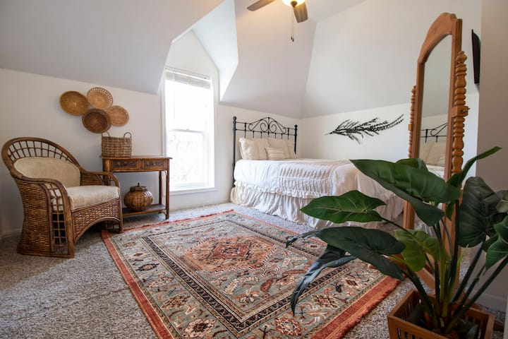 Bohemian Midtown Guest Room - Centrally Located!