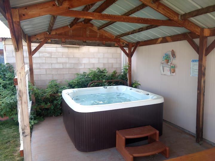 Hot Tub and Grandma's Cottage, Charming and Nostalgic