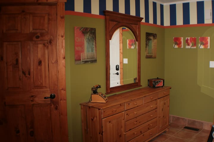Spacious entrance hall with storage space