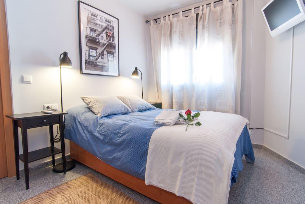 Habitación, cama doble y mesita. Tv.