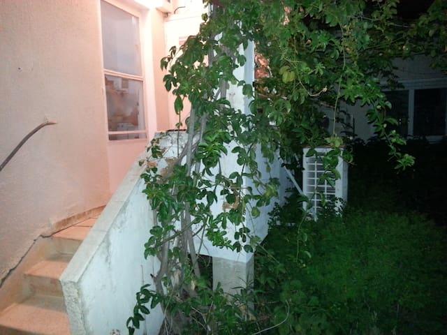 Cozy Garden House in Moshav - Kfar Yehezkel - House