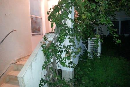 Cozy Garden House in Moshav - Kfar Yehezkel - Casa