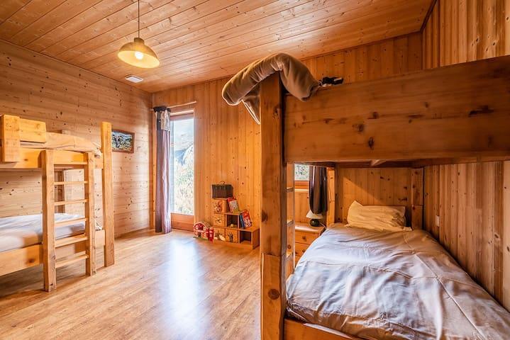chambre avec 2 fois deux lits superposés de 90 x 200