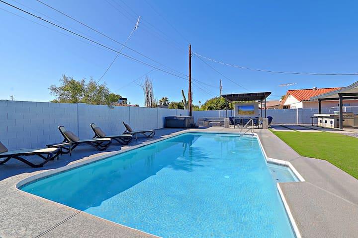 "Amazing 4BR*Walk to OldTown*Resort pool*4 70"" TVs!"