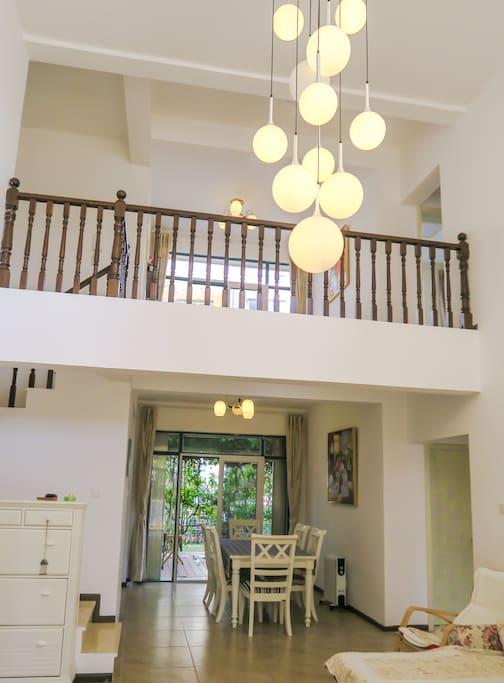 客厅看向厨房及二楼的全景图 the overall look of the dinning area on the 1st  floor and the living area on 2nd floor