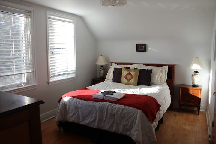 Lovely Queen size Bedroom with Breakfast