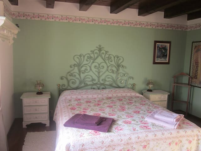 Charming b&b on Lake Garda hills
