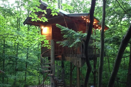 An Adirondack Tree House Retreat - Middle Grove - Puumaja