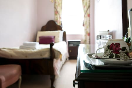 Comfy Single Room, North Lake Views - Bowness-on-Windermere - Bed & Breakfast