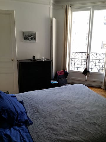 une chambre de 12 m carré avec vue sur la tour Eiffel