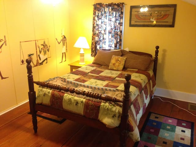 Bedroom on gorgeous country retreat center - Lansing - Hus