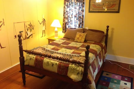 Bedroom on gorgeous country retreat center - Lansing - Talo